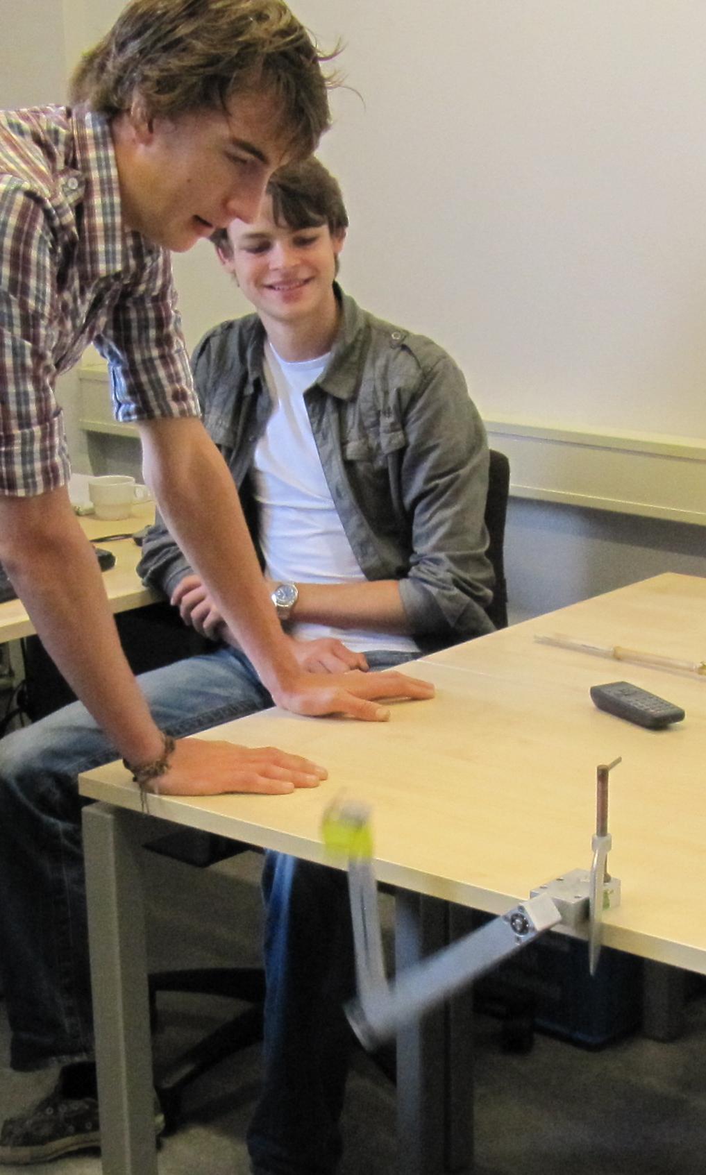 Twee leerlingen bij een dubbele slinger in actie